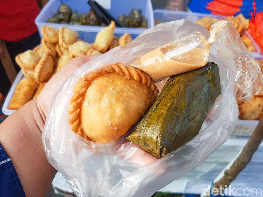 Jajan Es Buah dan Pastel Isi Bihun di Pasar Takjil Benhil