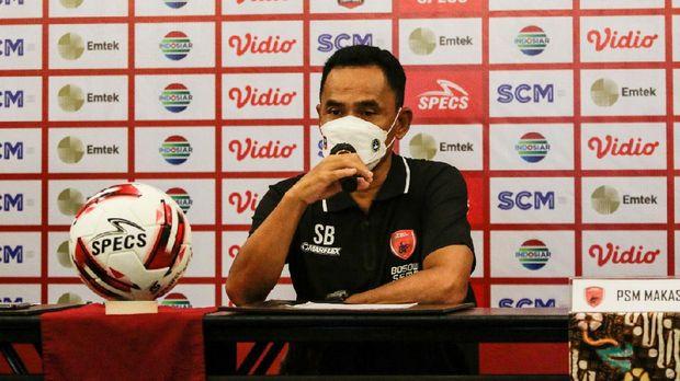 Pelatih PSM Makassar, Syamsuddin Batola saat memberikan keterangan persnya jelang laga melawan PSIS Semarang perebutan juara ketiga Piala Kemenpora 2021. (Foto: PSM Makassar)