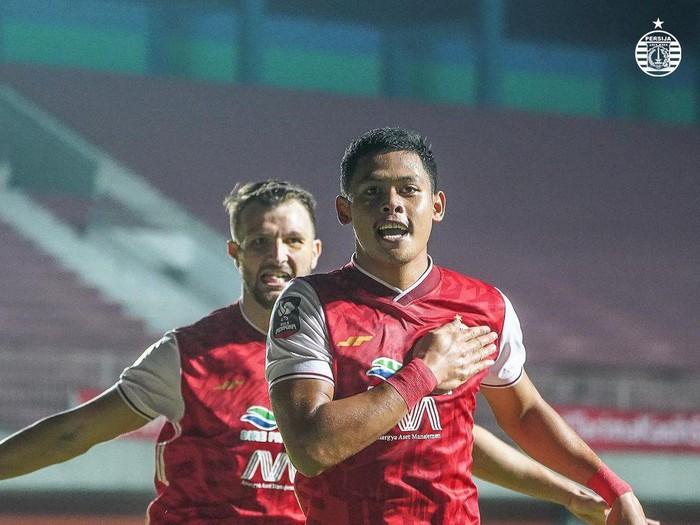 Pemain Persija Jakarta, Taufik Hidayat, melakukan perayaan gol usai menjebol gawang Persib Bandung di Piala Menpora 2021.