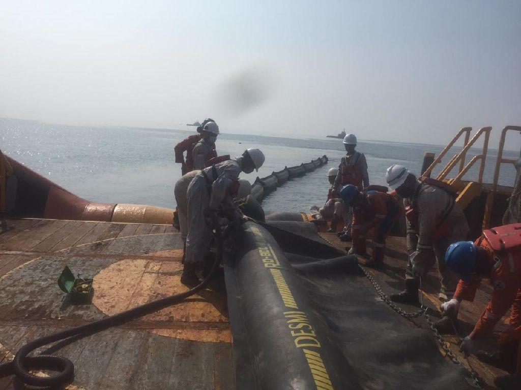 PHE ONWJ Bersihkan Ceceran Minyak di Pesisir Pantai Karawang