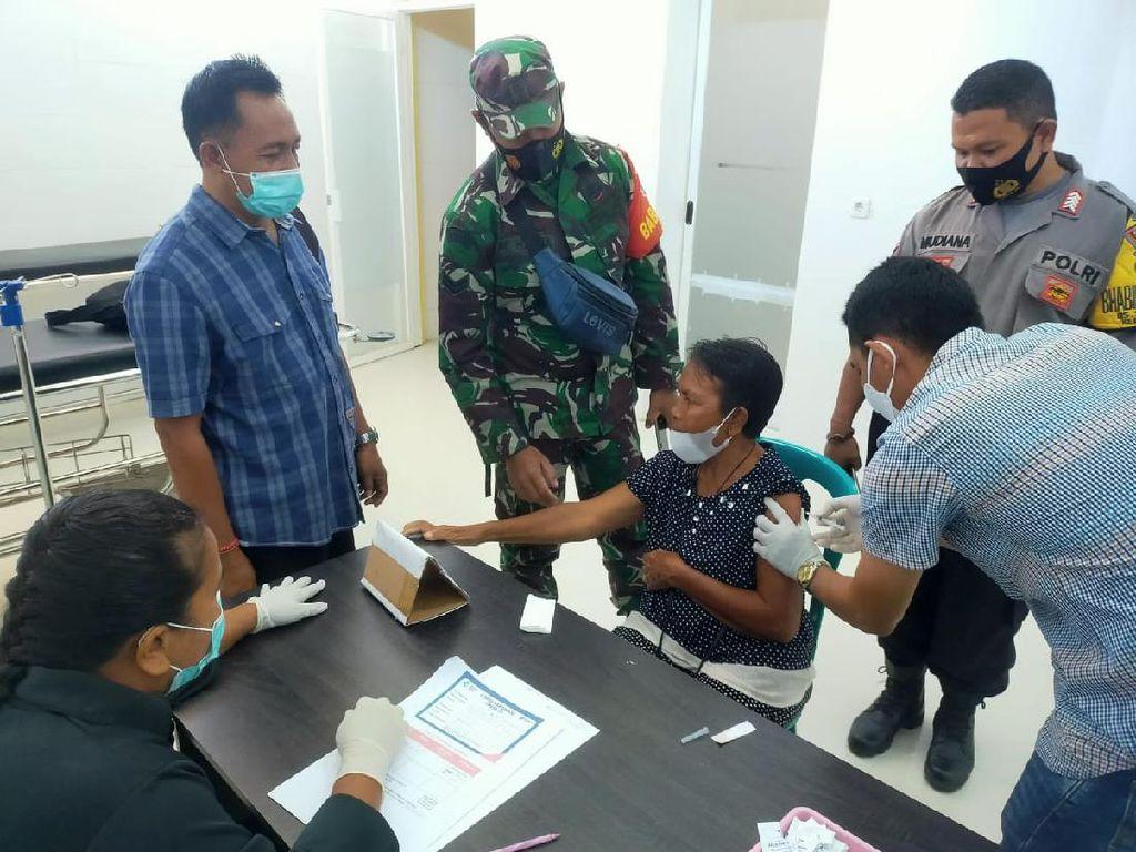 Polisi Kawal Vaksinasi Tahap I bagi Lansia di Sumbawa