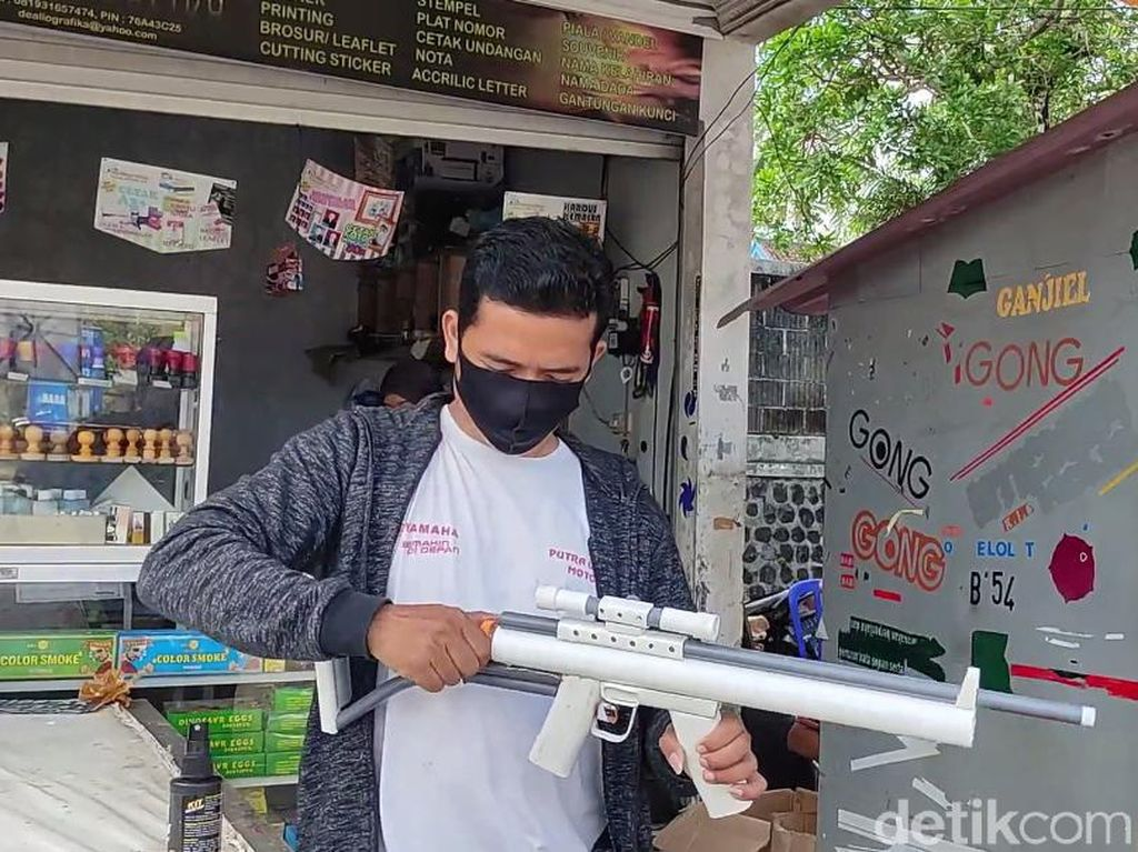 Inovasi Pemuda Pacitan Bikin Senapan Mainan Pakai Etanol