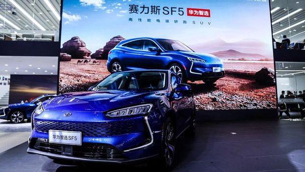 Mobil listrik Seres SF5 menggunakan teknologi Huawei HiCar.