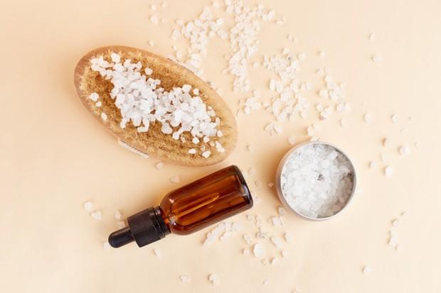 untuk meningkatkan detoksifikasi, tambahkan beberapa tetes (minimal 10 tetes) minyak esensial ke satu ons garam atau scrub.
