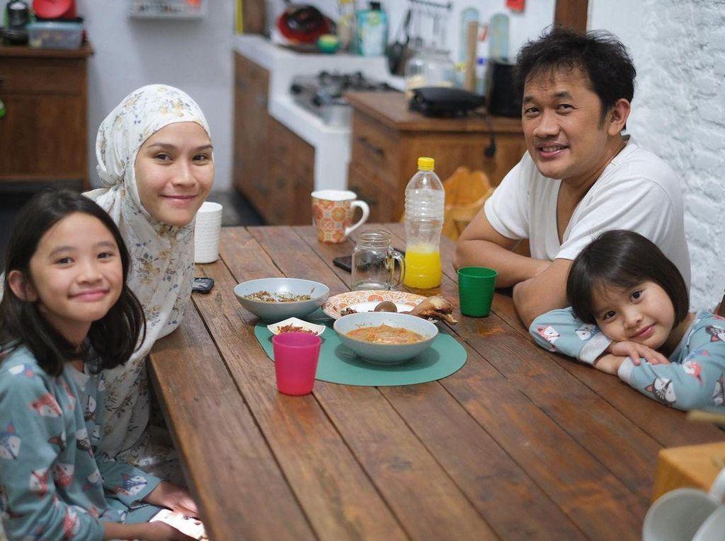 Hangatnya Momen Zaskia Adya Mecca Sahur bersama Keluarga