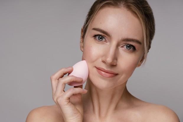 Cara Menciptakan Makeup Tanpa Efek Cakey/freepik.com
