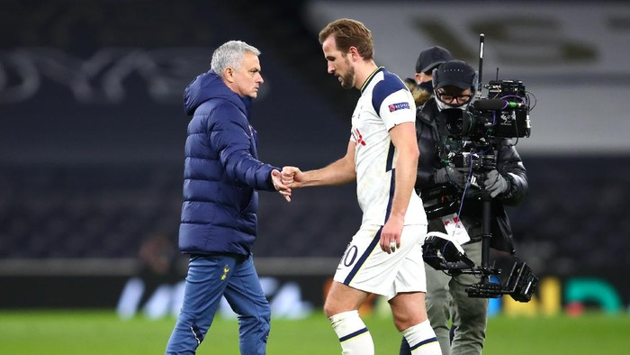 LONDON, ENGLAND - DECEMBER 10: Jose Mourinho, Manager of Tottenham Hotspur shakes hands with Harry Kane of Tottenham Hotspur after the UEFA Europa League Group J stage match between Tottenham Hotspur and Royal Antwerp at Tottenham Hotspur Stadium on December 10, 2020 in London, England. A limited number of fans (2000) are welcomed back to stadiums to watch elite football across England. This was following easing of restrictions on spectators in tiers one and two areas only. (Photo by Julian Finney/Getty Images)