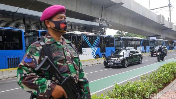Ada yang berbeda dari iring-iringan kendaraan para kepala negara KTT ASEAN. Mobil-mobil dinas tersebut menggunakan pelat bertuliskan 'Tamu Negara'.