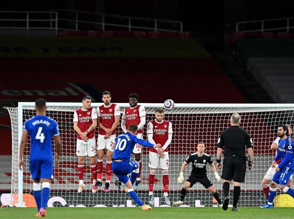 Turun Minum, Arsenal Vs Everton Masih Imbang