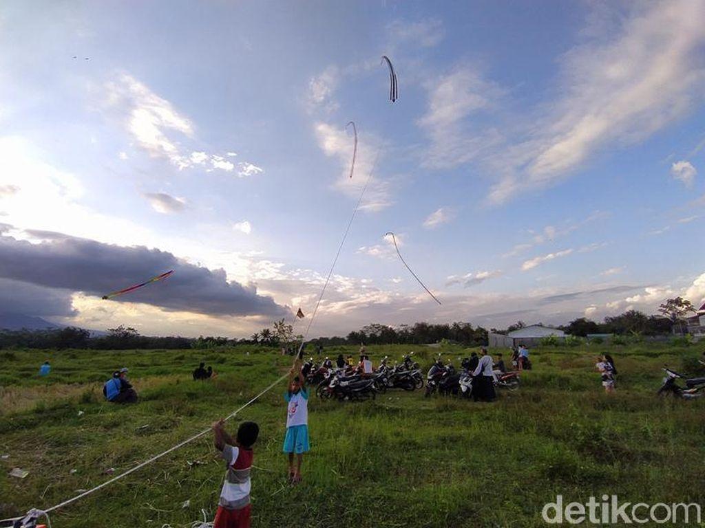 Foto Serunya Ngabuburit Sembari Menerbangkan Layang-layang