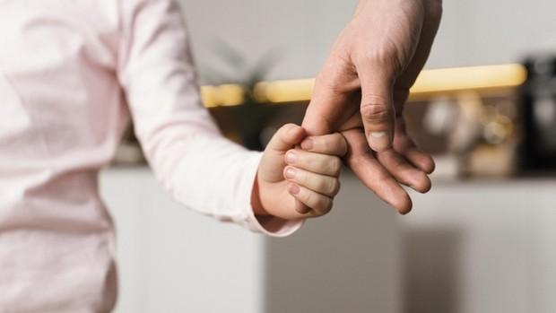 Kamu mungkin berpikir bahwa kamu dapat membantu anak-anak dengan membiarkan mereka melakukan apa pun yang mereka inginkan. Sayangnya, kebanyakan anak yang lebih kecil merasa sangat sulit untuk hidup tanpa batasan apa pun.