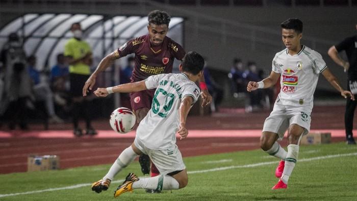 Pemain PSM Makassar Yakob Sayuri (kiri) berusaha melewati hadangan pemain PSS Sleman Derry Rachman (kedua kiri) pada Pertandingan perebutan tempat ke tiga Piala Menpora di Stadion Manahan, Solo, Jawa Tengah, Sabtu (24/4/2021). ANTARA FOTO/Mohammad Ayudha/foc.