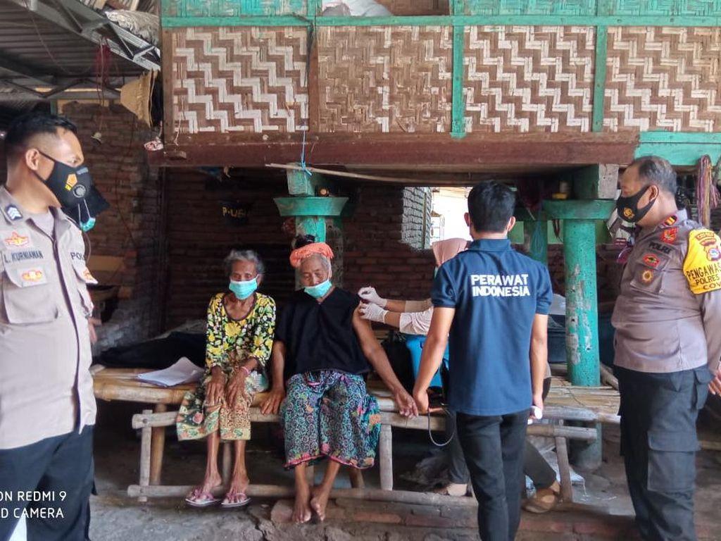 Percepat Vaksinasi Lansia, Polisi di NTB Jemput Bola ke Dusun Warga