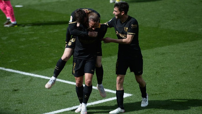 VILLAREAL, SPAIN - APRIL 25: Antoine Griezmann of FC Barcelona celebrates with Lionel Messi and Pedri after scoring their sides second goal during the La Liga Santander match between Villarreal CF and FC Barcelona at Estadio de la Ceramica on April 25, 2021 in Villareal, Spain. Sporting stadiums around Spain remain under strict restrictions due to the Coronavirus Pandemic as Government social distancing laws prohibit fans inside venues resulting in games being played behind closed doors. (Photo by Aitor Alcalde/Getty Images)