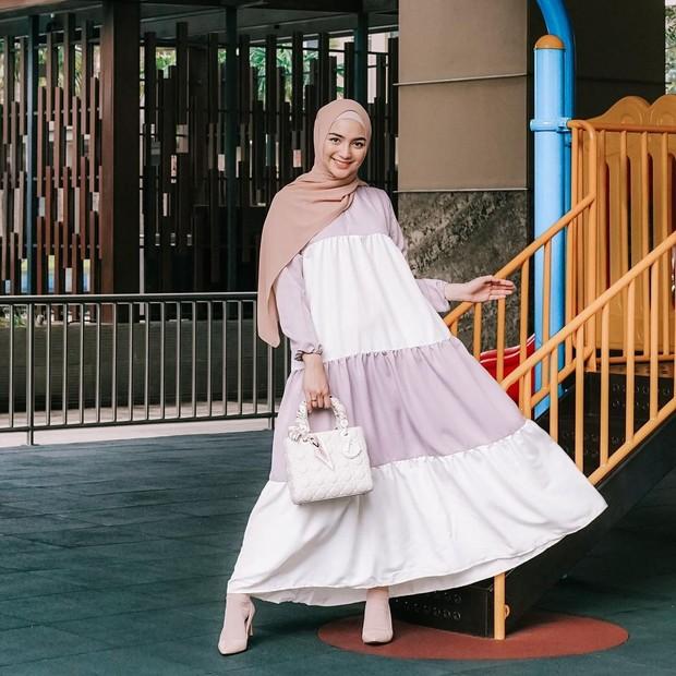Citra Kirana pakai gamis aksen bertingkat warna soft/instagram.com/citraciki