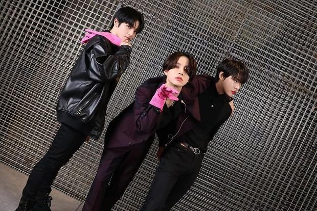 Doyong (kanan pojok) bersama Taeyong dan Jungwoo (dua dari kiri) dalam tayangan program Neo Model.