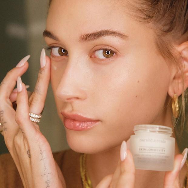 Dalam rutinitas skincare-nya, Hailey tidak bisa melupakan untuk menggunakan eye cream. Menurutnya penggunaan eye cream secara rutin sangat penting,