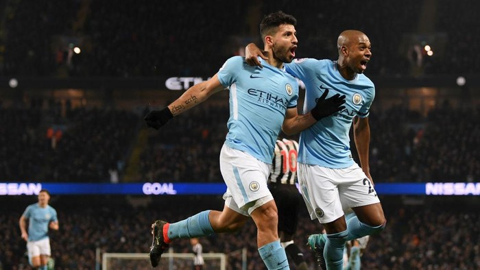 MANCHESTER, ENGLAND - JANUARY 20:  Sergio Aguero of Manchester City celebrates scoring his sides third goal with Fernandinho during the Premier League match between Manchester City and Newcastle United at Etihad Stadium on January 20, 2018 in Manchester, England.  (Photo by Shaun Botterill/Getty Images)