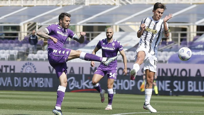 FLORENCE, ITALY - APRIL 25: Lorenzo Venuti of ACF Fiorentina in action during the Serie A match between ACF Fiorentina and Juventus at Stadio Artemio Franchi on April 25, 2021 in Florence, Italy. Sporting stadiums around Italy remain under strict restrictions due to the Coronavirus Pandemic as Government social distancing laws prohibit fans inside venues resulting in games being played behind closed doors.  (Photo by Gabriele Maltinti/Getty Images)
