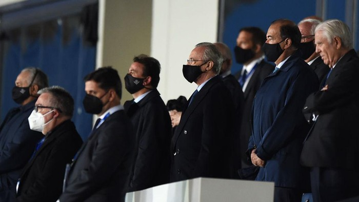 MADRID, SPAIN - APRIL 24: Florentino Perez, President of Real Madrid is seen in the stands wearing a facemask during the La Liga Santander match between Real Madrid and Real Betis at Estadio Santiago Bernabeu on April 24, 2021 in Madrid, Spain. Sporting stadiums around Spain remain under strict restrictions due to the Coronavirus Pandemic as Government social distancing laws prohibit fans inside venues resulting in games being played behind closed doors. (Photo by Denis Doyle/Getty Images)