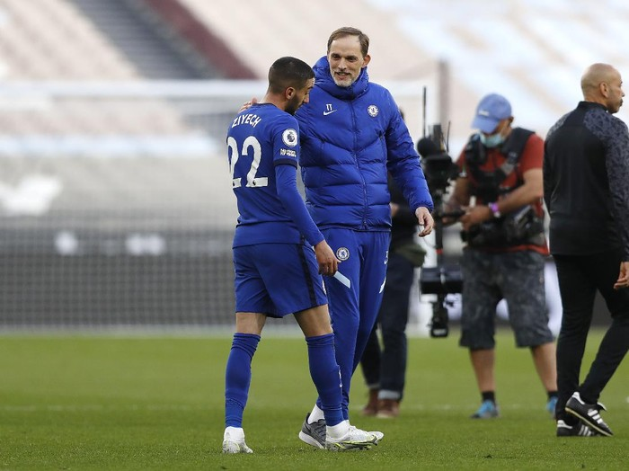 LONDON, ENGLAND - APRIL 24: Thomas Tuchel, Manager of Chelsea and Hakim Ziyech of Chelsea interact following the Premier League match between West Ham United and Chelsea at London Stadium on April 24, 2021 in London, England. Sporting stadiums around the UK remain under strict restrictions due to the Coronavirus Pandemic as Government social distancing laws prohibit fans inside venues resulting in games being played behind closed doors. (Photo by Alastair Grant - Pool/Getty Images)