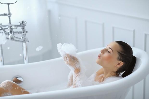 Meskipun kini kamu lebih sering menghabiskan waktu di rumah, kamu harus tetap mandi ya.