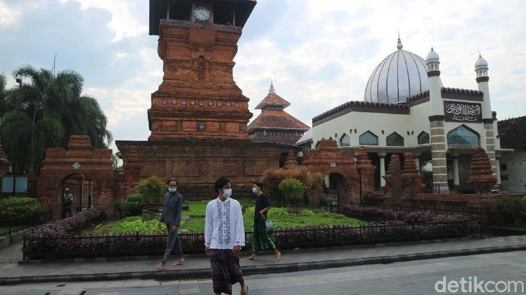 Foto: Ngabuburit di Menara Kudus