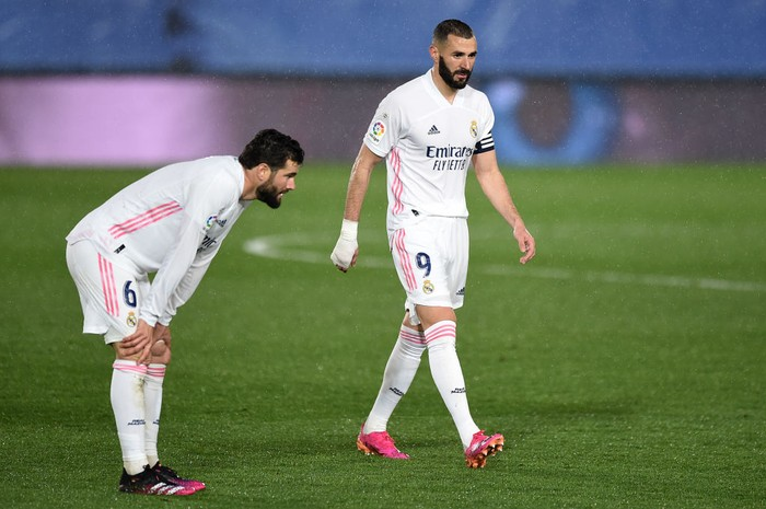 MADRID, SPAIN - APRIL 24: Nacho Fernandez and Karim Benzema of Real Madrid  react after the La Liga Santander match between Real Madrid and Real Betis at Estadio Santiago Bernabeu on April 24, 2021 in Madrid, Spain. Sporting stadiums around Spain remain under strict restrictions due to the Coronavirus Pandemic as Government social distancing laws prohibit fans inside venues resulting in games being played behind closed doors. (Photo by Denis Doyle/Getty Images)