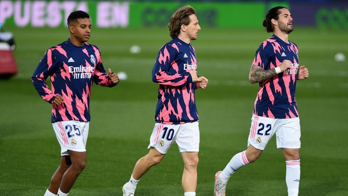 MADRID, SPAIN - APRIL 24: Rodrygo, Luka Modric and Isco of Real Madrid warm up prior to the La Liga Santander match between Real Madrid and Real Betis at Estadio Santiago Bernabeu on April 24, 2021 in Madrid, Spain. Sporting stadiums around Spain remain under strict restrictions due to the Coronavirus Pandemic as Government social distancing laws prohibit fans inside venues resulting in games being played behind closed doors. (Photo by Denis Doyle/Getty Images)