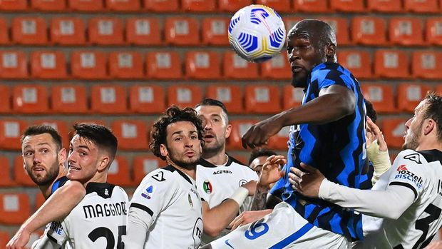 Inter Milan's Belgian forward Romelu Lukaku (Top) goes for the ball during the Italian Serie A football match Spezia vs Inter Milan on April 21, 2021 at the Alberto-Picco stadium in La Spezia. (Photo by ANDREAS SOLARO / AFP)
