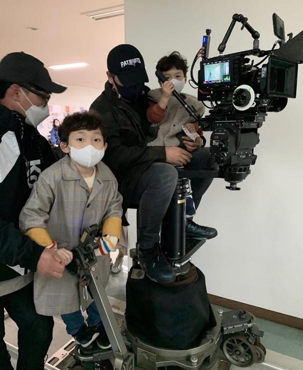 Di lokasi syuting, Ho Jin dan Shi Jin juga tampak begitu akrab dengan semua crew drama Vincenzo.