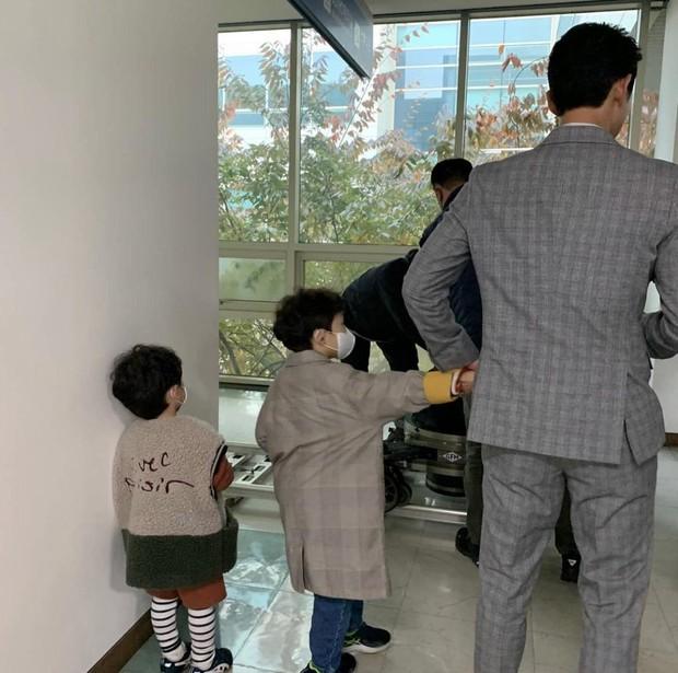 Saat sedang break syuting, Song Joong-Ki pun menyempatkan diri untuk bermain bersama kedua keponakannya.
