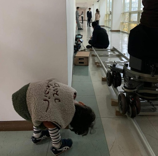 Pada potret ini, Song Joong-Ki tampak sedang serius beradu ekting dengan Taecyeon dan Jeon Yeo Bin. Tapi di balik layar, ternyata Ho Jin diam-diam mengintip sang paman dari jauh.