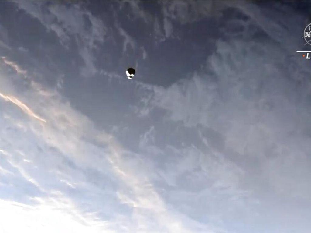 Pesawat Antariksa SpaceX Terancam Tabrak Obyek Tak Dikenal