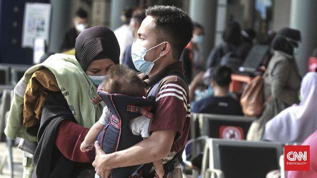Suasana ruang tunggu keberangkatan yang dipenuhi calon penumpang di Stasiun Pasar Senen, Jakarta, Minggu (25/04/2021). Pemerintah melalui Satgas Penanganan Covid-19 terus melakukan pengetatan mobilitas pelaku perjalanan dalam negeri (PPDN) terkait larangan mudik untuk menekan penyebaran virus corona dengan peraturan H-14 peniadaan mudik (22 April-5 Mei 2021) dan H+7 peniadaan mudik (18 Mei-24 Mei 2021). CNN Indonesia/Andry Novelino