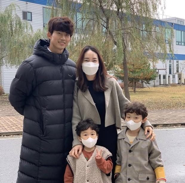Member 2PM ini bahkan berfoto bersama ipar dan kedua keponakan Soong Joong-Ki.