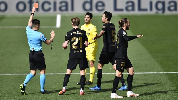 VILLAREAL, SPAIN - APRIL 25: Manu Trigueros of Villarreal CF is shown a red card by Referee Carlos del Cerro Grande during the La Liga Santander match between Villarreal CF and FC Barcelona at Estadio de la Ceramica on April 25, 2021 in Villareal, Spain. Sporting stadiums around Spain remain under strict restrictions due to the Coronavirus Pandemic as Government social distancing laws prohibit fans inside venues resulting in games being played behind closed doors. (Photo by Aitor Alcalde/Getty Images)