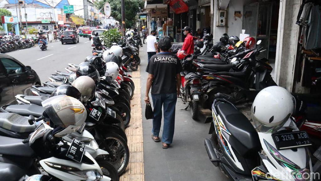 Waduh, Trotoar di Kota Bandung Jadi Tempat Parkir Liar