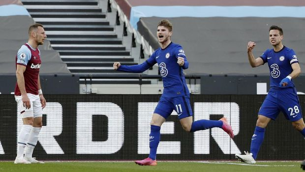 Soccer Football - Premier League - West Ham United v Chelsea - London Stadium, London, Britain - April 24, 2021 Chelsea's Timo Werner celebrates scoring their first goal with Cesar Azpilicueta as West Ham United's Vladimir Coufal looks dejected Pool via REUTERS/Alastair Grant EDITORIAL USE ONLY. No use with unauthorized audio, video, data, fixture lists, club/league logos or 'live' services. Online in-match use limited to 75 images, no video emulation. No use in betting, games or single club /league/player publications.  Please contact your account representative for further details.