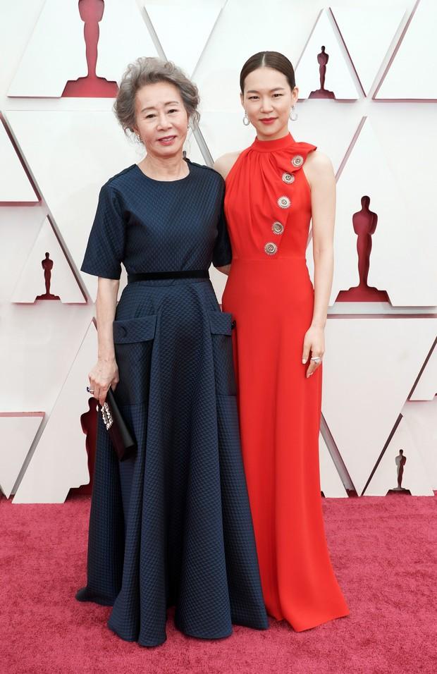 Aktris film Minari, Yuh Jung Youn dan Han Ye Ri saat di karpet merah Piala Oscars 2021.