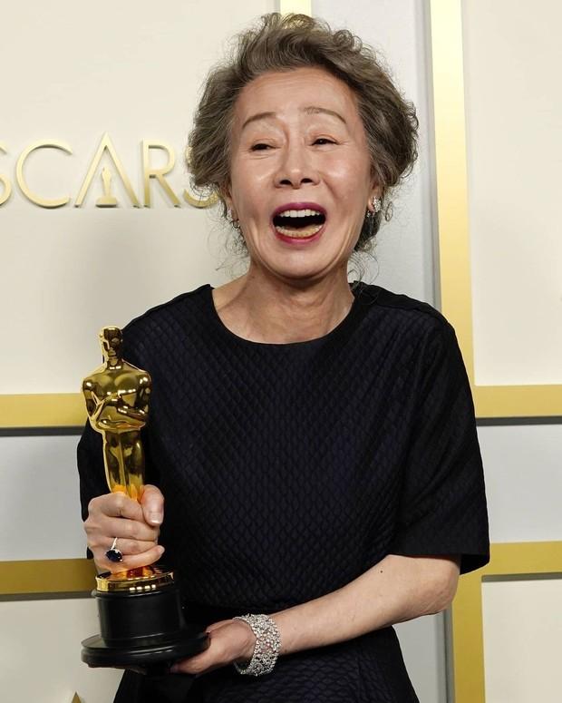 Aktris Yuh Jung Youn meraih Best Supporting Actress dalam Piala Oscars 2021 berkat film Minari.