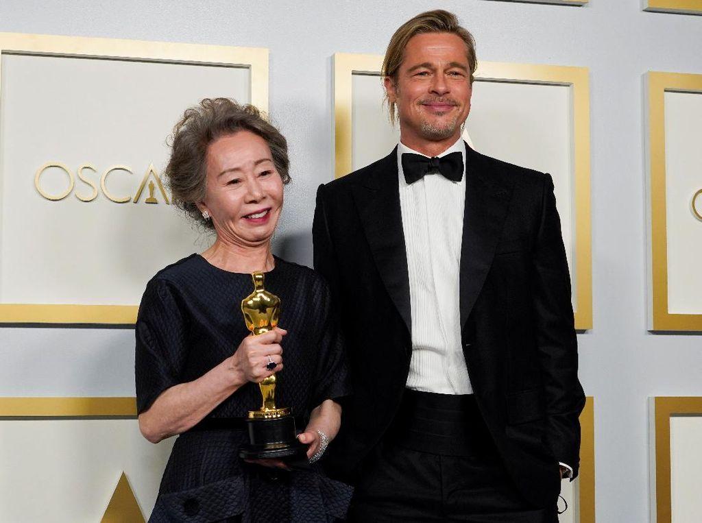 10 Gaya Bintang Minari di Red Carpet Oscar, Youn Yuh Jung Bareng Brad Pitt