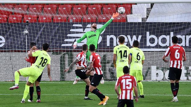 BILBAO, SPAIN - APRIL 25: Inigo Martinez of Athletic Club scores their side's second goal during the La Liga Santander match between Athletic Club and Atletico de Madrid at Estadio de San Mames on April 25, 2021 in Bilbao, Spain. Sporting stadiums around Spain remain under strict restrictions due to the Coronavirus Pandemic as Government social distancing laws prohibit fans inside venues resulting in games being played behind closed doors. (Photo by Juan Manuel Serrano Arce/Getty Images)