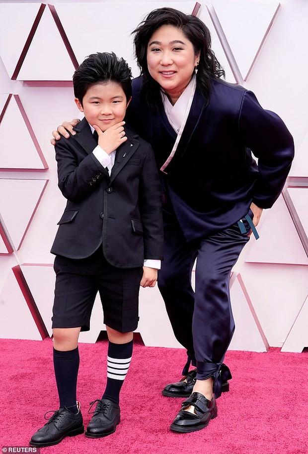 Bintang cilik Alan Kim bersama ibunya saat melenggang di karpet merah Piala Oscars 2021.