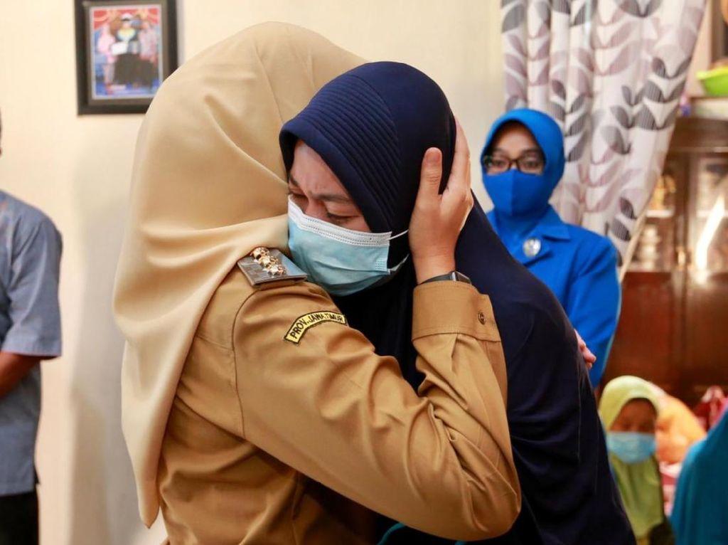 Saat Tangis Istri Korban Kru Nanggala-402 Tumpah di Pundak Bupati Banyuwangi