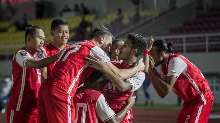 Pemain Persija Jakarta merayakan gol yang dicetak Osvaldo Hayy (kedua kanan) ke gawang Persib Bandung pada pertandingan leg dua Final Piala Menpora di Stadion Manahan, Solo, Jawa Tengah, Minggu (25/4/2021).  ANTARA FOTO/Mohammad Ayudha/aww.