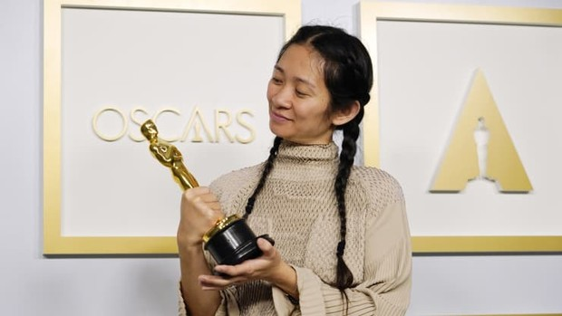 Chloe Zhao yang memenangi Best Director.