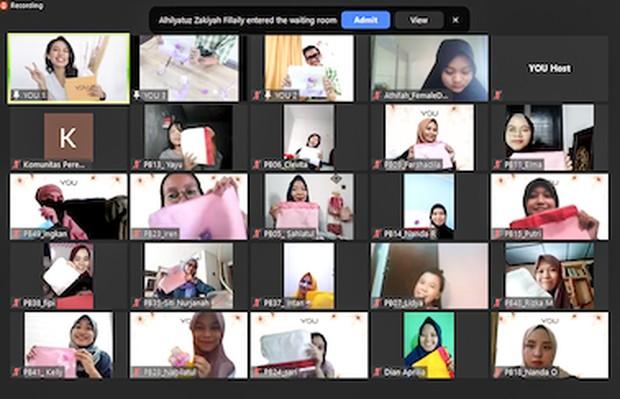 Foto virtual bersama peserta dengan hasil dari Workshop menghias pouch.