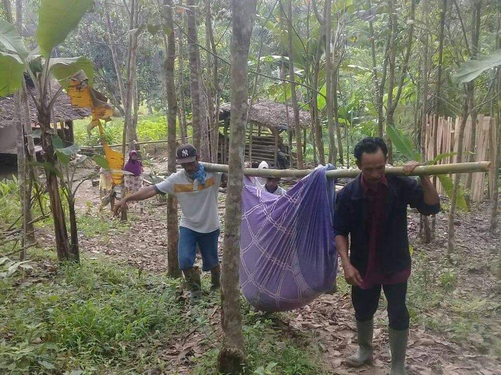 Curhat Warga Pandeglang Harus Tandu Ibu Hamil 4 Km Akibat Jalan Rusak