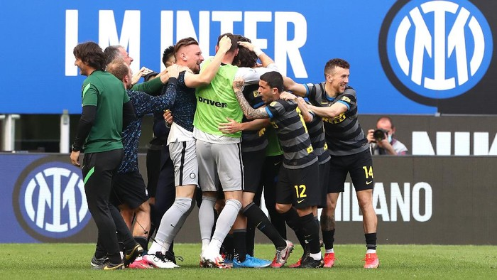 MILAN, ITALY - APRIL 25: Matteo Darmian of FC Internazionale celebrates with team mates after scoring their sides first goal during the Serie A match between FC Internazionale and Hellas Verona FC at Stadio Giuseppe Meazza on April 25, 2021 in Milan, Italy. Sporting stadiums around Italy remain under strict restrictions due to the Coronavirus Pandemic as Government social distancing laws prohibit fans inside venues resulting in games being played behind closed doors. (Photo by Marco Luzzani/Getty Images)